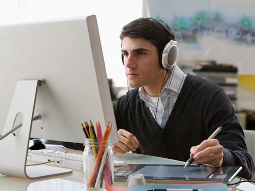 estudiante escuchando música