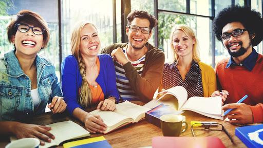 Carreras universitarias con estudiantes felices
