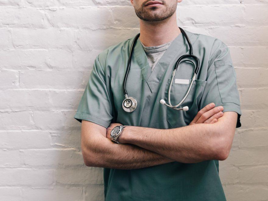 Estudia enfermería profesionalmente